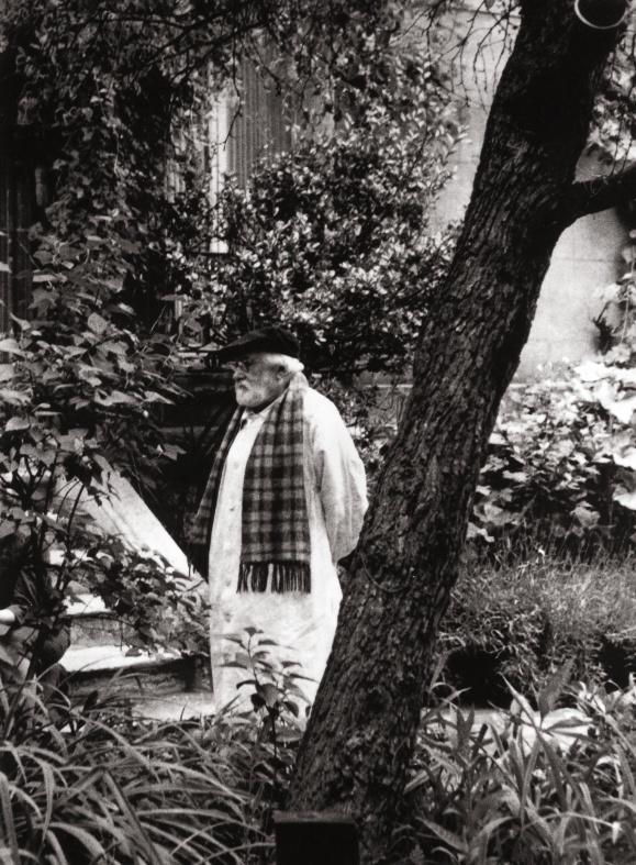 Chauvin dans son jardin à Port des barques en 1971
